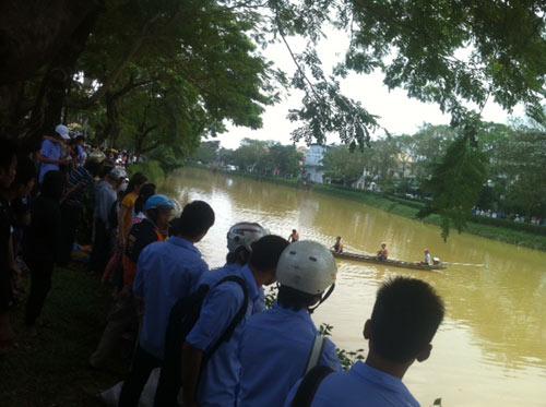 Thăm thầy cô ngày 20/11, nữ SV rớt sông tử vong - 1