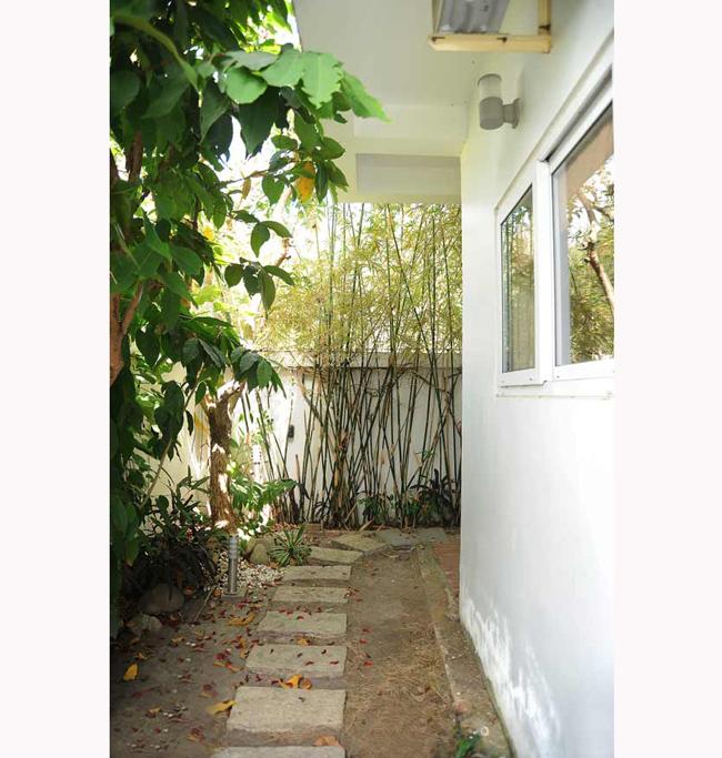Lối nhỏ ra sau hiên nhà.