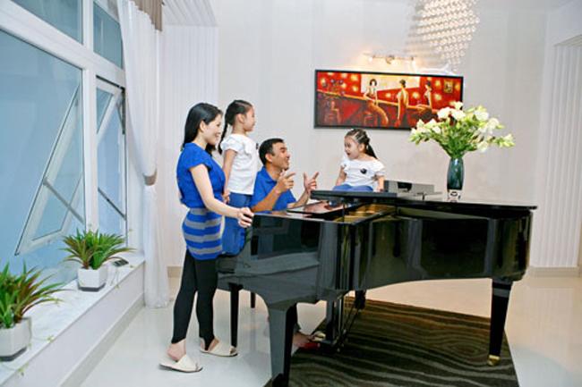 Phòng khách còn bày một cây đàn piano. Mỗi khi có thời gian rảnh rỗi, Quyền Linh lại dạy hai công chúa nhỏ học hát.