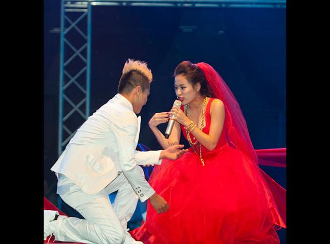 Trước đó, cô còn có màn thay đồ đầy bất ngờ ngay trên sân khấu, khi lúc đầu diện váy đỏ
