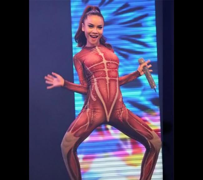 Hình ảnh nhớ đời của Yến Trang trên sân khấu, từ trang phục, cách tạo dáng lẫn biểu cảm gương mặt.