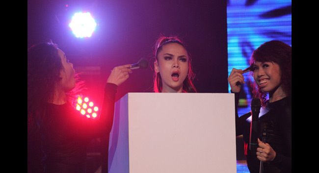 Xuất hiện trong đêm nhạc Seashow, Yến Trang giấu mình trong chiếc hộp.