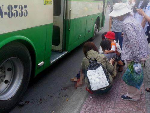 Xe buýt cán dập chân cụ già đang bế cháu nhỏ - 1