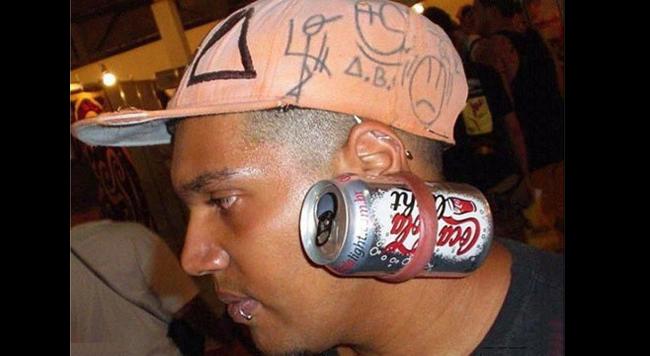 Kích thước của lon Coca cũng có thể nhét vừa lỗ tai và làm vật trang sức bắt mắt.