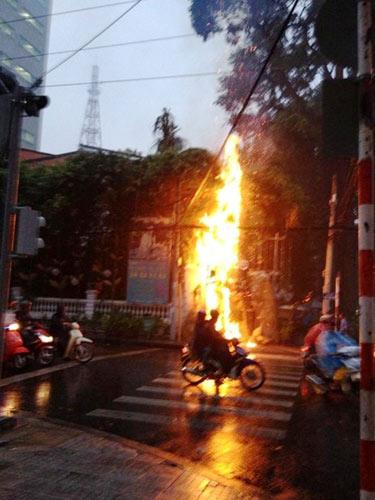 TPHCM: Cháy nhà hàng, thực khách tháo chạy - 1