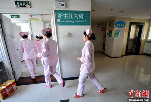 TQ: Bé sơ sinh suýt bị bệnh viện thiêu sống - 1