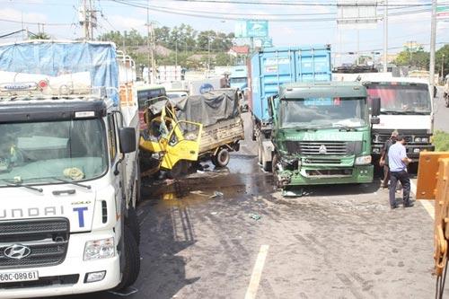 4 xe tải đâm liên hoàn, phụ xe chết trong cabin - 1
