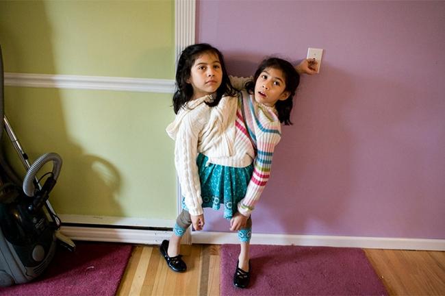 Trong vòng 4 năm trời, nhiếp ảnh gia Annabel Clark đã ghi lại những hình ảnh của cặp song sinh dính liền Lupita và Carmen Andrade.