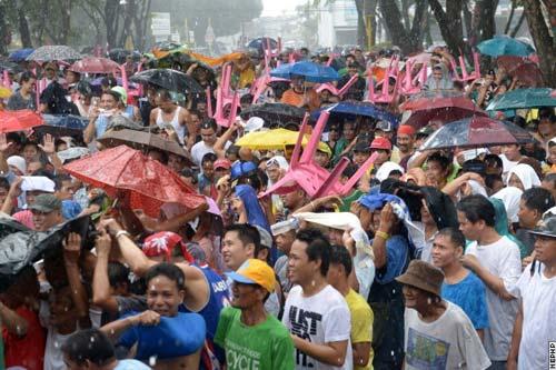 Người Philippines đội mưa cổ vũ Pacquiao - 1