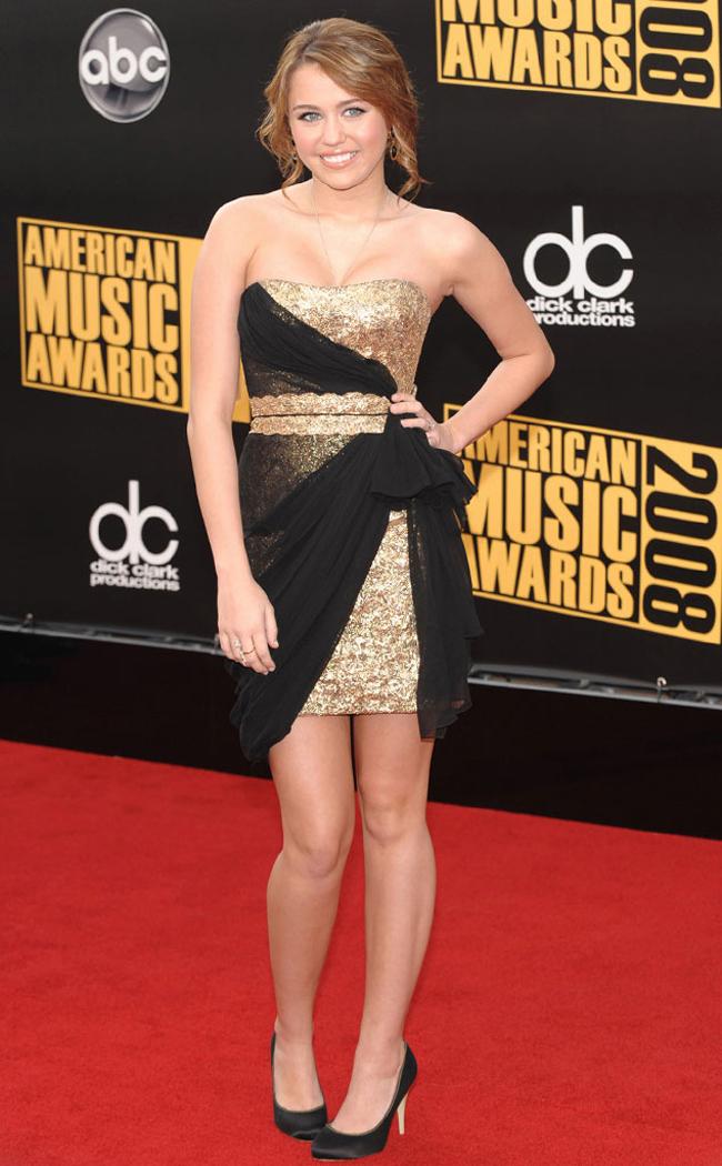 Miley Cyrus bắt đầu nổi tiếng với seri phim ăn khách 'Hannah Montana' và được đông đảo khán giả trẻ yêu thích với hình ảnh cô học trò nhí nhảnh, xinh tươi. Phim Hannah Montana bắt đầu chiếu từ năm 2006 đến 2010 ở Mỹ.