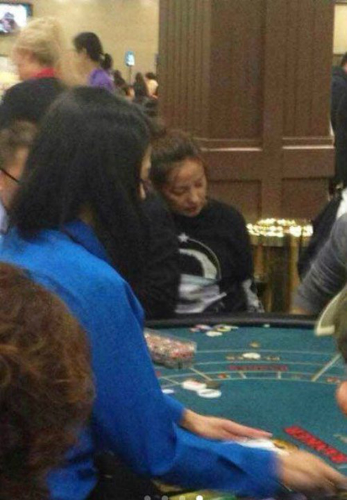 Triệu Vy lóng ngóng ở sòng bạc Las Vegas - 1