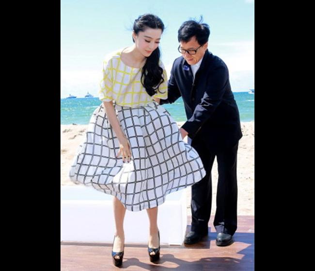 Phạm Băng Băng mặc chiếc váy xòe dài quá gối cũng phải hốt hoảng khi bị gió trêu đùa