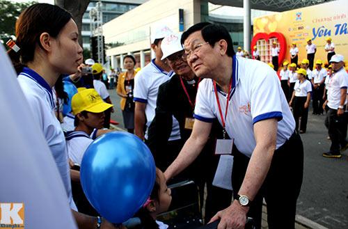 Chủ tịch nước đi bộ cùng người khuyết tật - 1