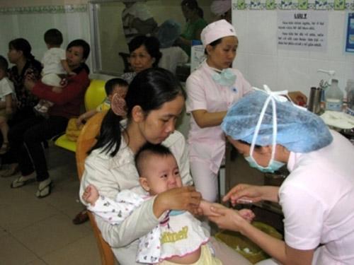 Tiêm vắc xin Quinvaxem: Vẫn ngay ngáy lo tai biến! - 1
