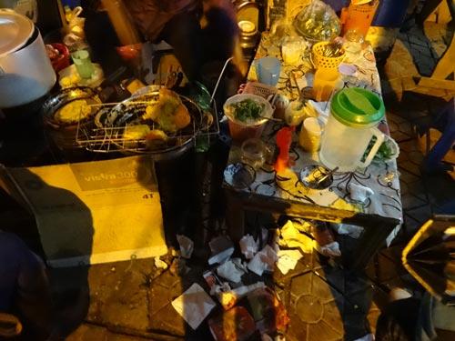 Vỉa hè: Ban ngày tập kết rác, ban đêm hàng ăn - 1