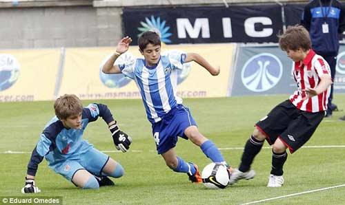 """""""Tiểu Messi"""" khiến Man City, Barca ngây ngất - 1"""