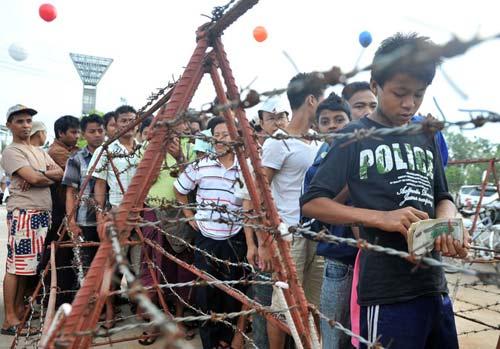 Chùm ảnh dân Myanmar đổ xô xếp hàng mua vé bóng đá - 1