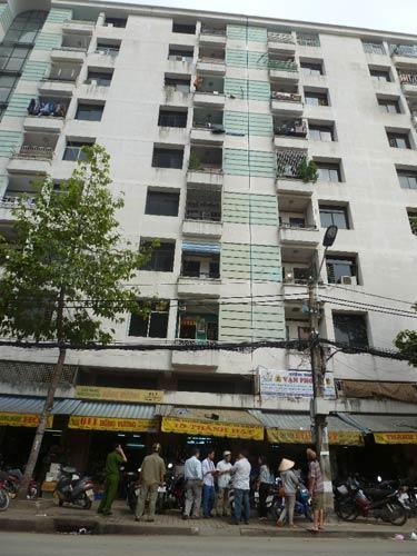 Rơi từ tầng 7 chung cư, bé trai 4 tuổi tử vong - 1