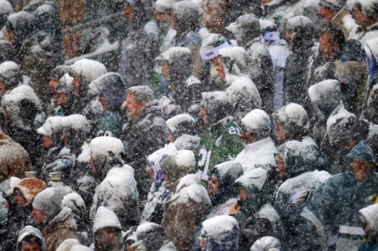 Tuyết phủ trắng xóa đầu và vai các CĐV, thế mới thấy tình yêu của họ dành cho môn thể thao này.