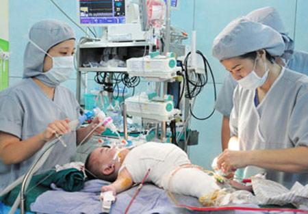 Tách cặp song sinh: 8,5 giờ đóng ngực - bụng cho Phi Phụng - 1