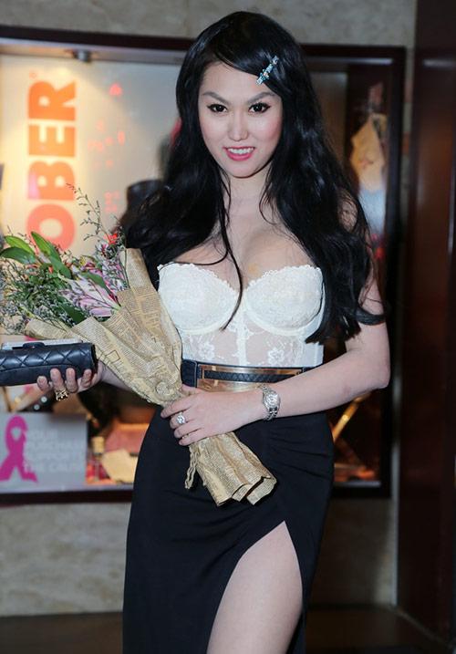 """""""Thót tim"""" vì váy xẻ của Phi Thanh Vân - 1"""
