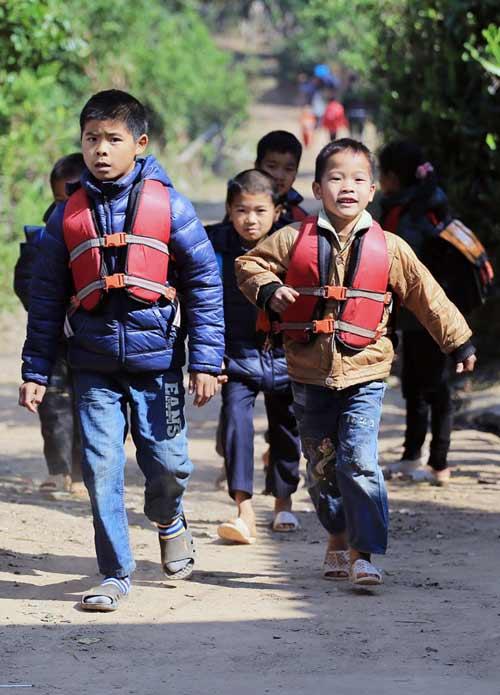 Thót tim nhìn trẻ tự chèo thuyền đến trường - 1