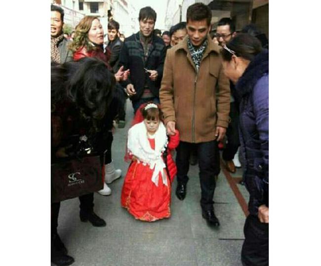 """Cũng trong những ngày tháng 2, các diễn đàn mạng Trung Quốc đua nhau chia sẻ hình ảnh đám cưới của cặp đôi """"đũa lệch"""" chồng cao gấp đôi vợ."""