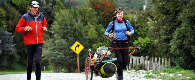 Cặp đôi kéo 2 xe đẩy có trọng lượng 100 kg đi bộ 10.300 km xuyên Nam Mỹ, đó là Katharine và David Lowrie.