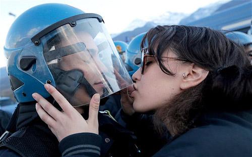 """Ý: Truy tố nữ sinh """"quấy rối tình dục"""" cảnh sát - 1"""