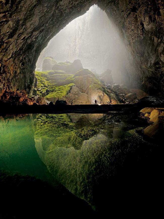 Hang động Sơn Đoòng nằm ở tỉnh Quảng Bình (Việt Nam) hiện đang được biết đến là hang động lớn nhất thế giới với chiều dài khoảng 9km, cao 200m có nơi lên đến 250m và rộng 200m. Nơi đây bao gồm hệ sinh thái đa dạng, có cả một khu rừng nhiệt đới, một dòng sông ở trong hang.