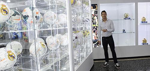 Ronaldo tưng bừng khánh thành bảo tàng - 1