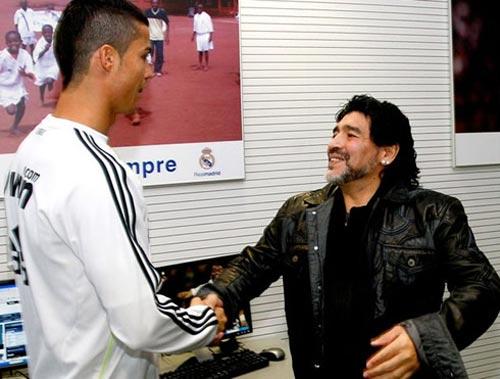 Maradona, Rivaldo trao QBV cho CR7 - 1