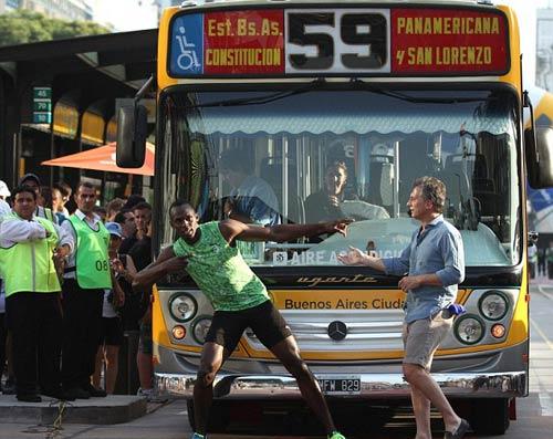 Usain Bolt đánh bại... xe bus - 1