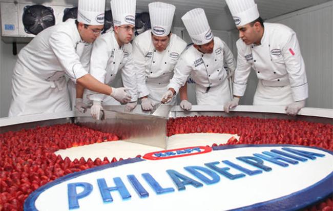 Chiếc bánh kem lớn nhất thế giới được xác lập tại Trung Quốc dài 4,5m, rộng 2,74m và cao 0,9m. Nó nặng đến 8 tấn.