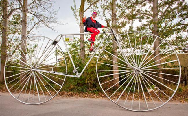 Chiếc xe đạp lớn nhất thế giới với đường kính bánh xe là 3,30m của một người đàn ông Đức có tên Didi Senft.