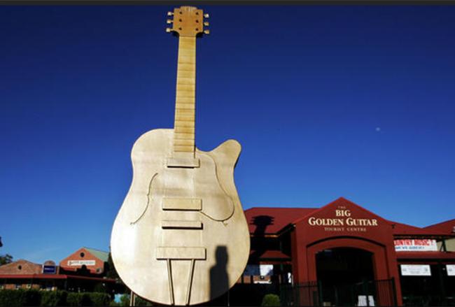 Cây đàn guitar lớn nhất thế giới nặng 453,6kg và cao đến 12,2m