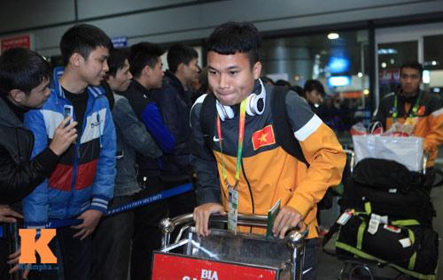 U23 Việt Nam lầm lũi ở sân bay Nội Bài - 1