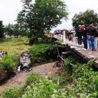 2 ô tô rơi xuống cầu vỡ nát, 5 người thoát chết