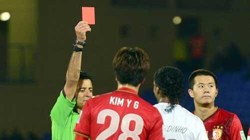 Ronaldinho lập siêu phẩm đá phạt & thẻ đỏ - 1