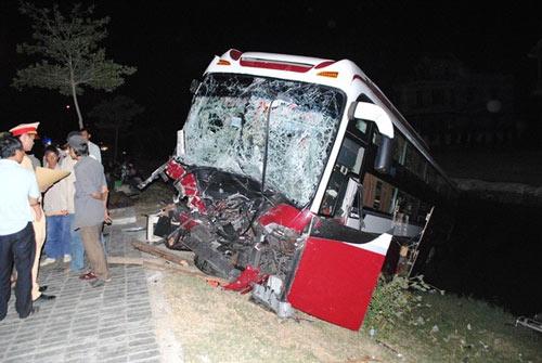 Xe tải tông xe khách, 6 người thương vong - 1