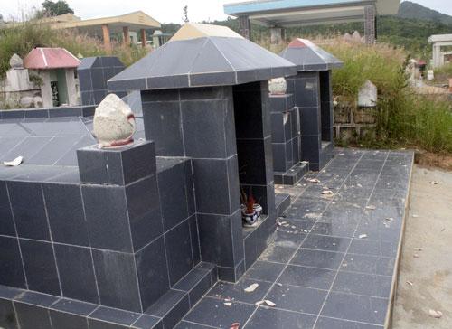 Hàng chục ngôi mộ bị đập phá trong đêm - 1