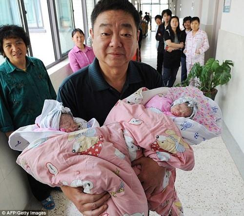 Bà mẹ 60 tuổi sinh đôi nhờ thụ tinh - 1
