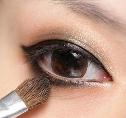 Kẻ mắt đen quyến rũ như mẫu răng thưa - 1