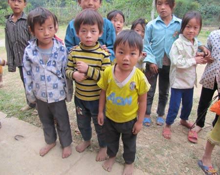Trẻ chân đất, áo mỏng đến trường - 1