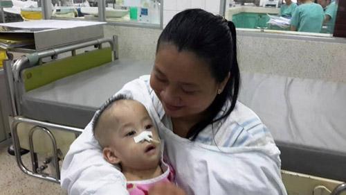 Ba mẹ 2 bé dính tim vui sướng khi được bế con - 1