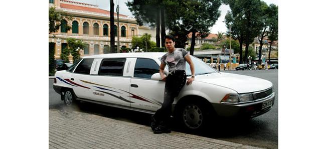 Ngọc Sơn là ngôi sao đầu tiên của Việt Nam sở hữu dòng xe Cadillac khi anh có thể tậu chiếc xe vương giả này ở năm 1995. Anh mua chiếc xe này vì muốn 'khẳng định nghề ca sĩ ở Việt Nam nếu chuyên tâm có thể ăn sung mặc sướng'.