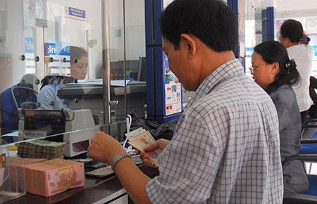 Người dân có xu hướng đổi USD ra VND để gửi tiết kiệm - 1