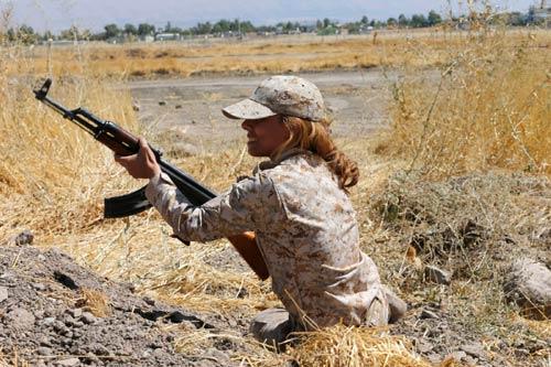 Nữ chiến binh Syria tấn công tự sát vào phiến quân IS - 1