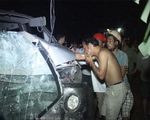 Ô tô gây tai nạn chết người, đâm sập tường nhà dân - 1