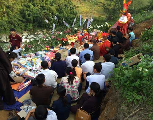Cầu siêu cho 14 nạn nhân vụ lật xe ở Lào Cai - 1